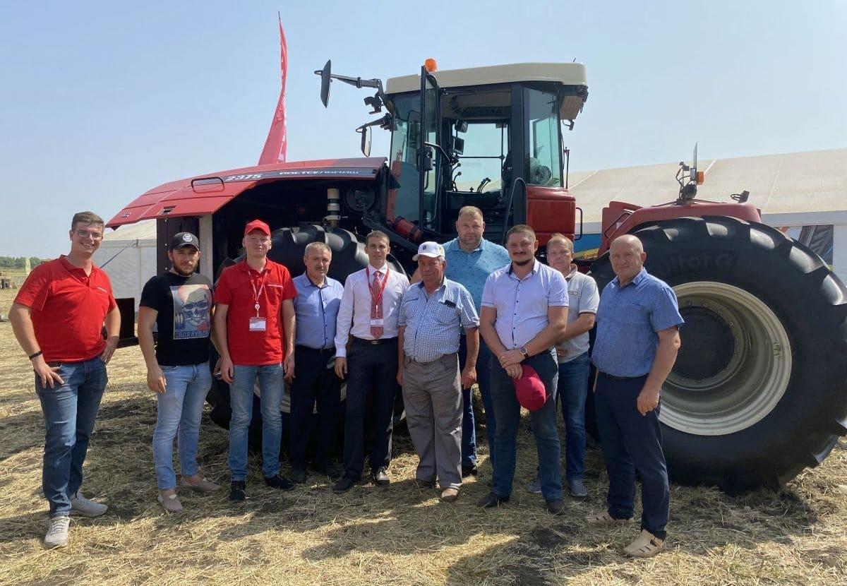 трактор RSM 2375 стал объектом особого внимания на Дне поля в Саратове.
